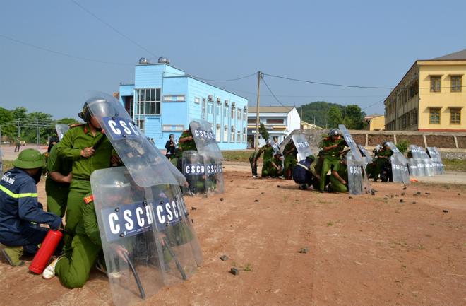 Cán bộ, chiến sỹ lực lượng Công an thành phố Yên Bái luyện tập xử trí tình huống.