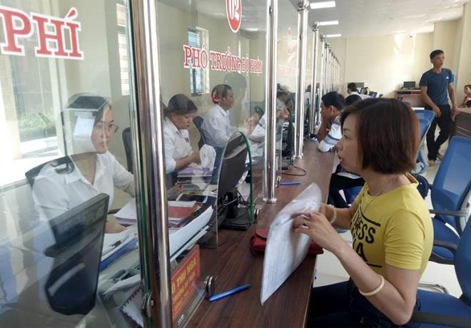 """Nhiều người dân đánh giá """"rất hài lòng"""" khi thực hiện giao dịch tại Bộ phận Phục vụ hành chính công của huyện Lục Yên."""