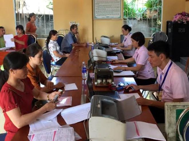Một buổi giao dịch của Ngân hàng Chính sách xã hội huyện Văn Yên tại cơ sở.