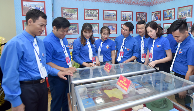 Các đại biểu tham quan gian trưng bày tại Triển lãm sản phẩm sáng tạo