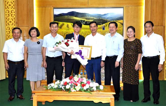 Em Nguyễn Đình Hoàng đón nhận Bằng khen của UBND tỉnh sau khi đạt Huy chương Bạc Olympic Hóa học quốc tế.