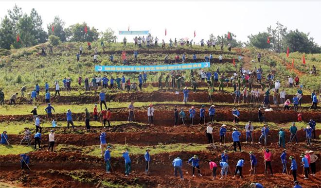 Với mục đích hỗ trợ người dân mở rộng diện tích sản xuất lúa gắn với phát triển du lịch, trong thời gian qua, huyện Trạm Tấu đã huy động trên 5.000 lượt đoàn viên thanh niên trong toàn huyện khai hoang 5,5ha ruộng nước ở xã Bản Công.