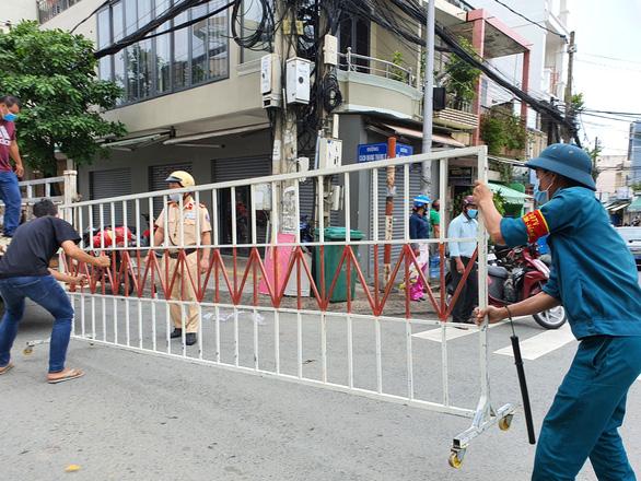 Từ 12h ngày 3-8, toàn bộ tuyến đường Hồ Văn Đại, nơi cư trú của bệnh nhân 595, bắt đầu được cách ly 14 ngày