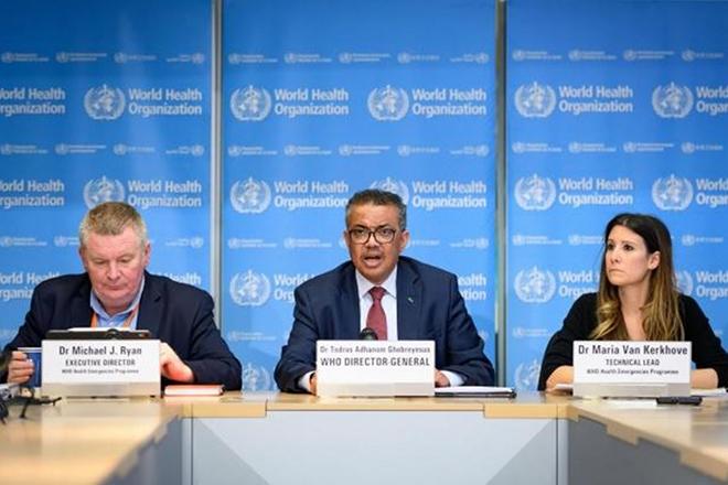 Tổng giám đốc WHO Tedros Adhanom Ghebreyesus (giữa), tiến sĩ Michael Ryan (trái) trong một cuộc họp báo của WHO.