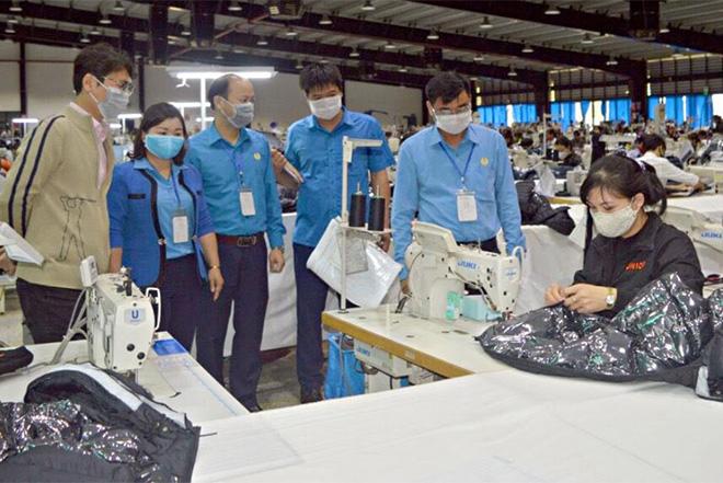 Lãnh đạo Liên đoàn Lao động tỉnh và Công đoàn Các khu công nghiệp tỉnh nắm tình hình lao động sản xuất và phòng chống dịch Covid-19 tại doanh nghiệp.