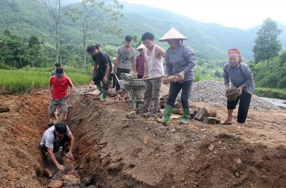 Đồng bào dân tộc thiểu số xã Ngòi A, huyện Văn Yên tham gia xây dựng hạ tầng nông thôn.