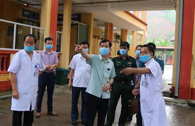 Đồng chí Nguyễn Minh Tuấn - Uỷ viên Ban Thường vụ, Trưởng ban Tuyên giáo Tỉnh uỷ kiểm tra công tác phòng chống dịch Covid-19 tại Trung tâm Y tế huyện Văn Yên.
