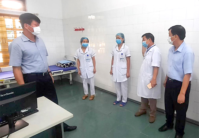 Đồng chí Trần Huy Tuấn - Trưởng Ban tổ chức Tỉnh ủy kiểm tra cơ sở điều trị cách ly tại Trung tâm Y tế huyện.