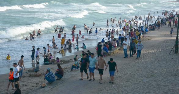 Người dân và du khách trong một lần tắm biển tại bãi công cộng Đồi Dương - Phan Thiết, Bình Thuận
