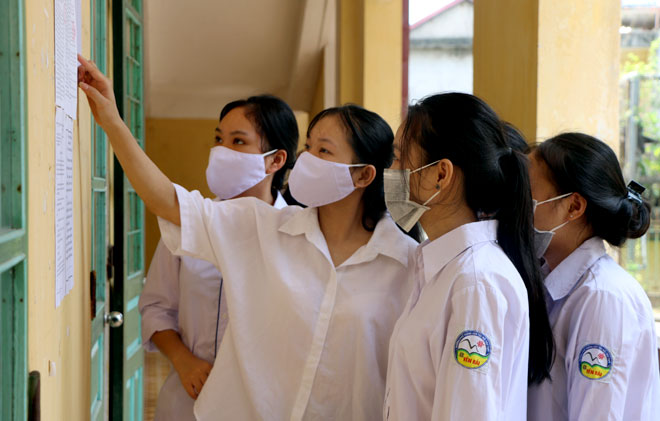 Thí sinh kiểm tra lại số báo danh tại điểm thi Trường Phổ thông Dân tộc nội trú THPT tỉnh Yên Bái.