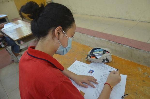Thí sinh làm thủ tục dự thi tại điểm thi THPT Việt Đức.