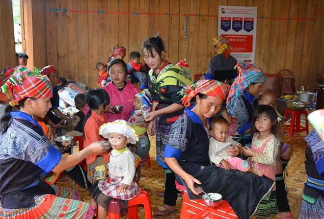 Chăm sóc trẻ em bằng cháo dinh dưỡng tại xã La Pán Tẩn, huyện Mù Cang Chải.