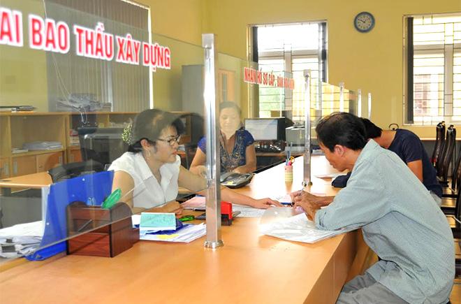 Chi cục Thuế thành phố Yên Bái tạo thuận lợi cho người dân đến kê khai thuế.