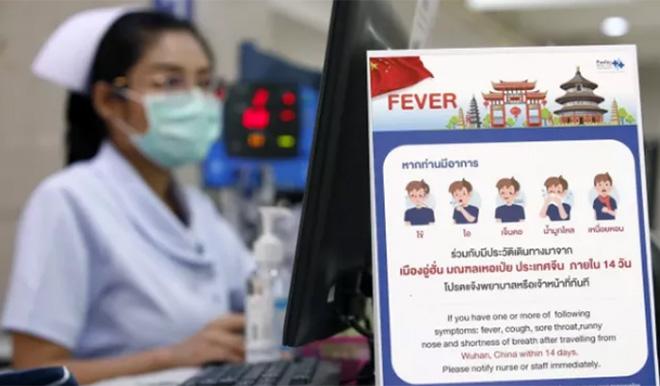 Poster chỉ dẫn về các triệu chứng của bệnh COVID-19 tại một bệnh viện ở Bangkok.