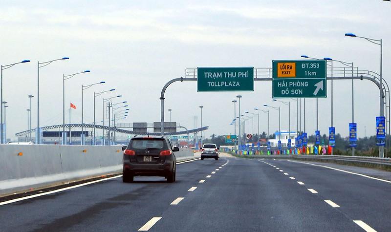 Phương tiện bắt đầu đi vào trạm thu phí trên tuyến cao tốc Hà Nội-Hải Phòng.