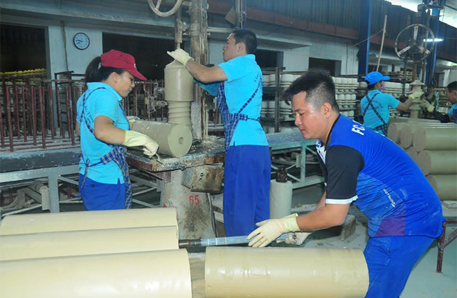 Công nhân Công ty cổ phần Sứ kỹ thuật Hoàng Liên Sơn đẩy mạnh các hoạt động thi đua lao động sản xuất.