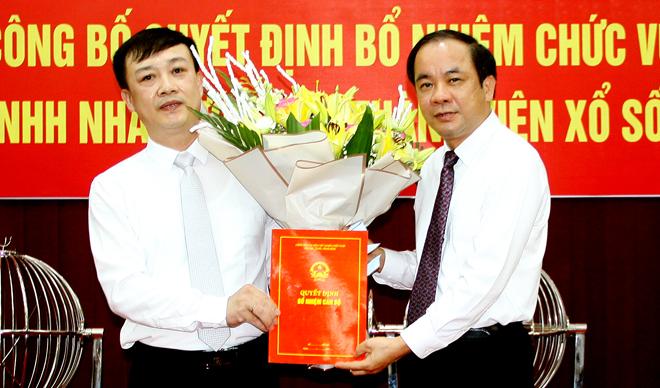 Đồng chí Tạ Văn Long - Phó Chủ tịch Thường trực UBND tỉnh trao quyết định của UBND tỉnh cho đồng chí Hoàng Tiến Dũng.