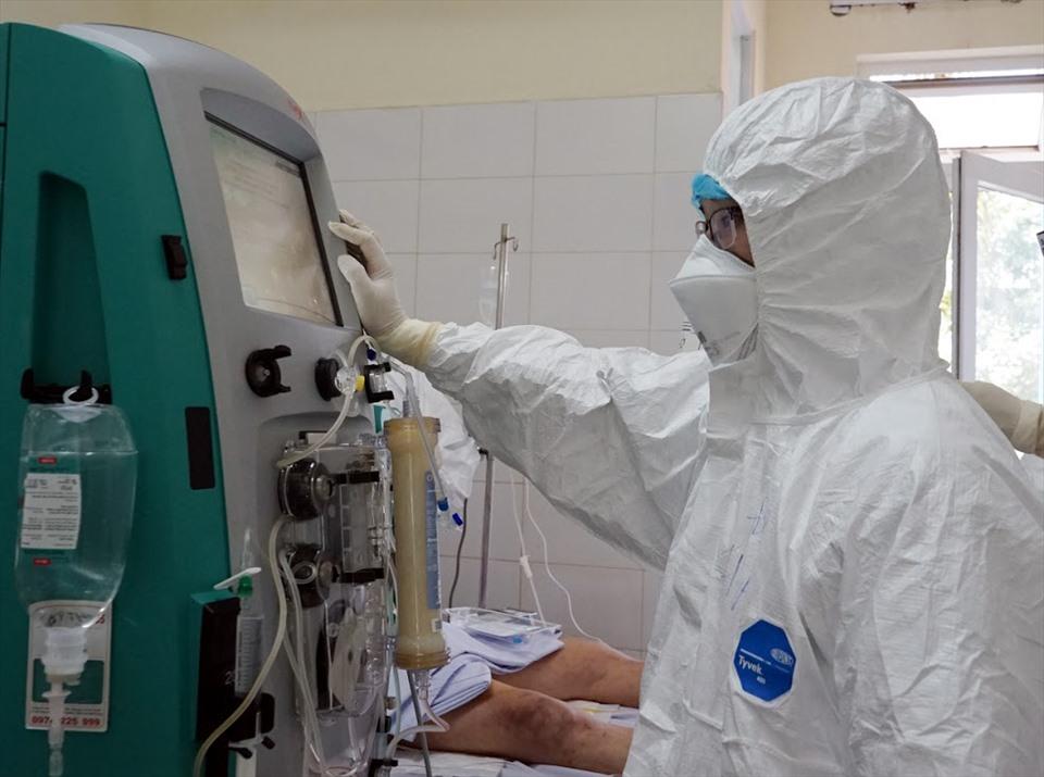 Chăm sóc bệnh nhân mắc COVID-19 tại Bệnh viện Đà Nẵng. Ảnh: Lê Bảo.