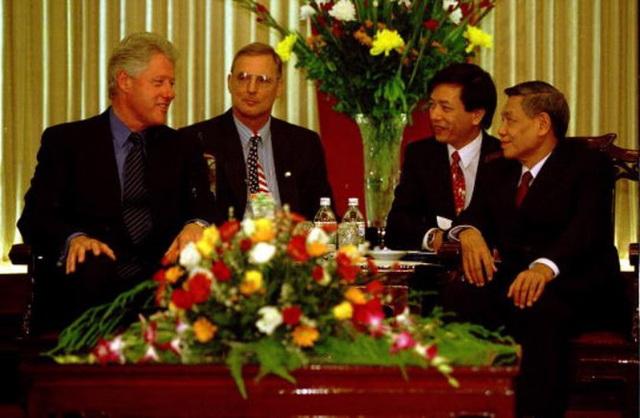 Tổng thống Bill Clinton hội kiến Tổng Bí thư Lê Khả Phiêu tại Trụ sở Trung ương Đảng trong khuôn khổ chuyến thăm chính thức Việt Nam lần đầu tiên của người đứng đầu Chính phủ Hoa Kỳ kể từ khi chiến tranh kết thúc, mở ra một chương mới trong quan hệ hai nước - tháng 11/2000.