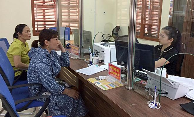 Người dân giao dịch tại Bộ phận Phục vụ hành chính công huyện Trấn Yên.