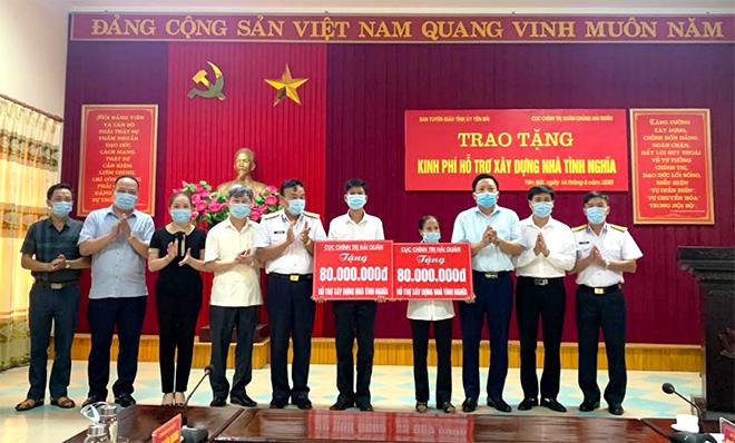 Lãnh đạo Ban Tuyên giáo Tỉnh ủy và Cục Chính trị Quân chủng Hải quân trao tặng kinh phí xây dựng nhà tình nghĩa cho 2 hộ gia đình chính sách.