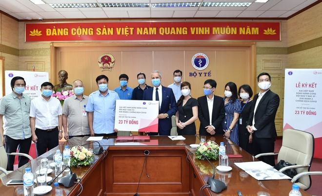 Buổi lễ ký kết chương trình hỗ trợ đặc biệt cho y, bác sĩ, nhân viên y tế chống dịch Covid-19 tại Bộ Y tế.