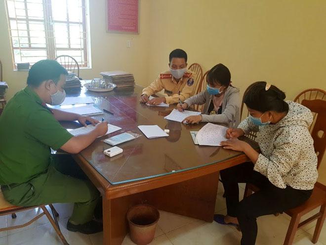 Em N.T.N.Q cùng gia đình bị Công an huyện Yên Bình triệu tập và viết bản tường trình, bản kiểm kiểm cam kết sẽ không tái phạm
