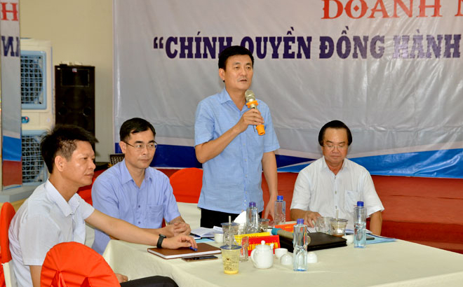 Vice Chairman of the provincial People's Committee Nguyen Chien Thang delivers a remark at the meeting.