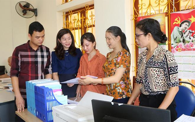 Đồng chí Nghiêm Thị Lan - Bí thư Đảng ủy phường Minh Tân (thứ 2 bên trái) trao đổi với cán bộ, công chức phường.