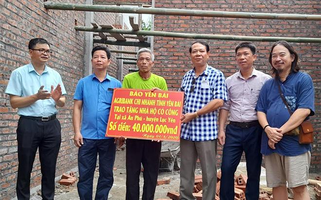 Đồng chí Nông Thụy Sỹ - Tổng biên tập Báo Yên Bái trao hỗ trợ làm nhà của Báo Yên Bái và Agribank Chi nhánh tỉnh Yên Bái cho ông Nguyễn Kim Sơn, người có công thôn Khau Vi.