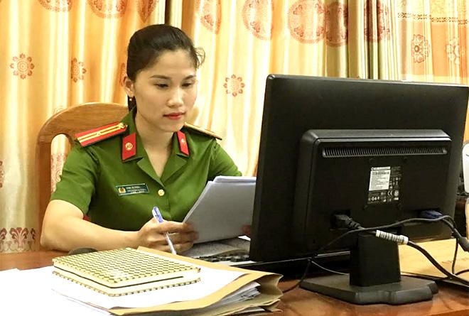 Thiếu tá Dương Thị Phương Nhung nghiên cứu tài liệu, văn bản trước khi xuống cơ sở làm việc.