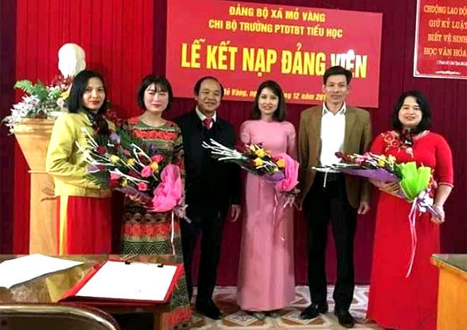 Chi bộ Trường Phổ thông Dân tộc bán trú Tiểu học Mỏ Vàng tổ chức Lễ kết nạp đảng viên.