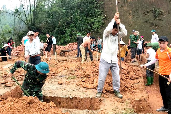 Chi bộ thôn Tiền Phong xã Giới Phiên huy động đảng viên và nhân dân tham gia làm nhà cho hộ nghèo.