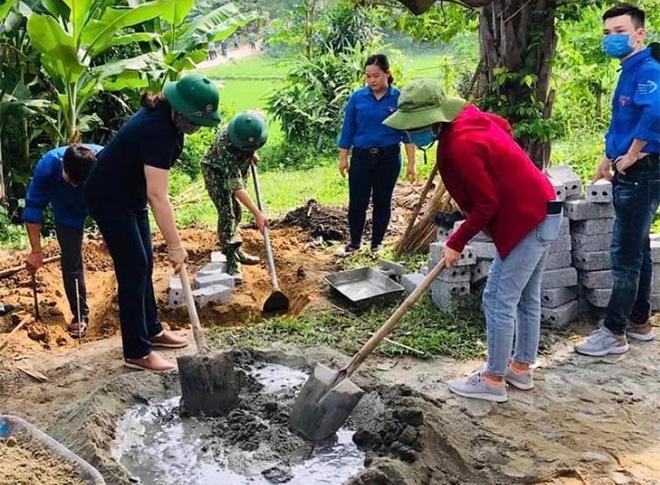 Đoàn viên thanh niên huyện Yên Bình giúp các gia đình có hoàn cảnh khó khăn sửa chữa nhà ở.