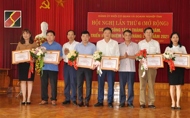 Lãnh đạo Đảng ủy Khối cơ quan và doanh nghiệp tỉnh trao giấy khen cho các đảng viên hoàn thành xuất sắc nhiệm vụ giai đoạn 2015 - 2020.