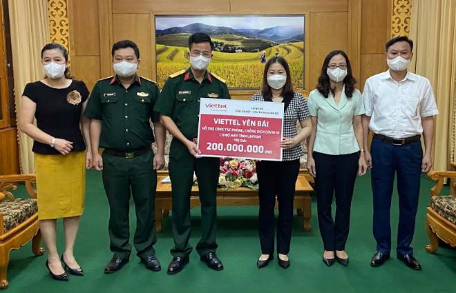 Đồng chí Vũ Thị Hiền Hạnh - Phó Chủ tịch UBND tỉnh tiếp nhận hỗ trợ từ Viettel Yên Bái.