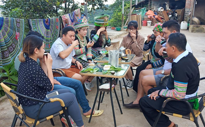 Du khách thưởng trà tại Homestay Vàng - Hòa - Bình tại thôn Pang Cáng, xã Suối Giàng.