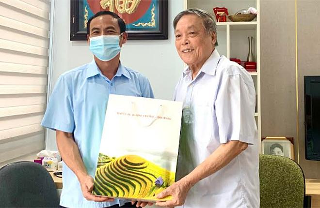 Đồng chí Lương Văn Thức - Ủy viên Ban Thường vụ, Trưởng Ban Nội chính Tỉnh ủy thăm và tặng quà đồng chí Nguyễn Mai Hồng - nguyên Trưởng Ban Nội chính Tỉnh ủy.