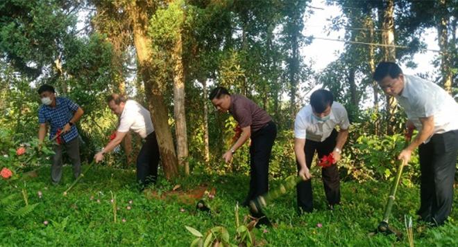 Các đồng chí lãnh đạo huyện Trấn Yên tham gia khởi công công trình.
