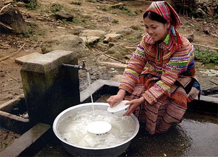 Người Mông xã Nà Hẩu (Văn Yên)đã được dùng nguồn nước sạch từ Chương trình 135 của Chính phủ. (Ảnh: Sùng Chí Sinh)
