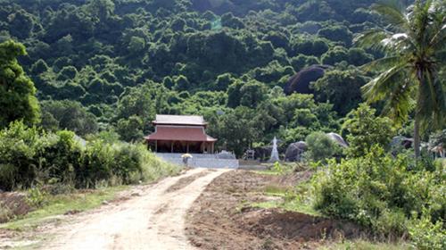 Toàn cảnh chùa Hang nhìn từ dưới chân núi.