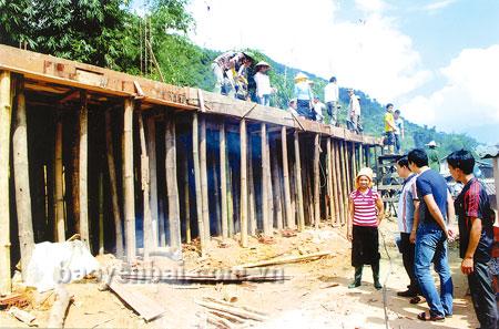 Ngôi nhà đang xây bằng tiền đi lao động xuất khẩu của gia đình anh Lò Văn Vin ở thôn Vũng Tàu, xã Hát Lừu.