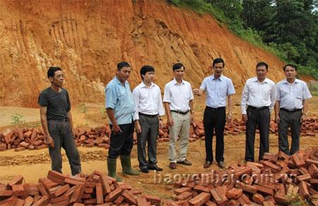 Lãnh đạo Huyện ủy Yên Bình kiểm tra địa điểm xây dựng nhà văn hóa thôn Làng Mới xã Mông Sơn.