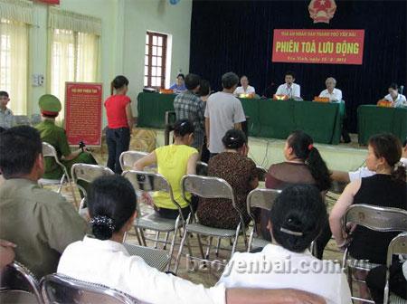 Một phiên tòa lưu động xét xử các bị cáo mua bán trái phép chất ma túy của Tòa án nhân dân thành phố Yên Bái.