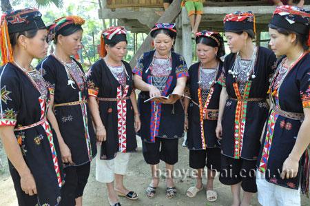 Chị Nguyễn Thị Ân (đứng giữa) tuyên truyền, phổ biến kiến thức phòng chống bạo lực gia đình cho phụ nữ.