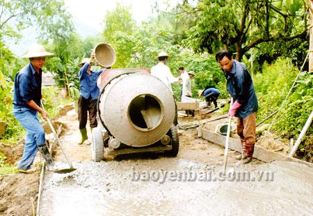 Người dân xã Tân Lập (huyện Lục Yên) làm đường giao thông nông thôn. (Ảnh: Quang Thiều)
