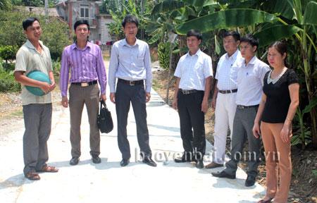 Đồng chí Nguyễn Thế Phước - Phó bí thư Huyện ủy, Chủ tịch UBND huyện Trấn Yên kiểm tra làm đường giao thông nông thôn tại xã Việt Thành.