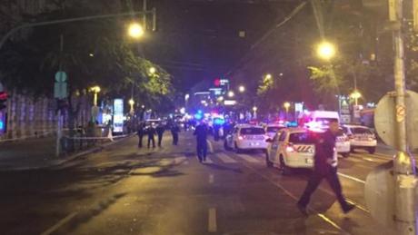 Rất đông cảnh sát phong tỏa khu vực Oktogon của Budapest sau vụ nổ.