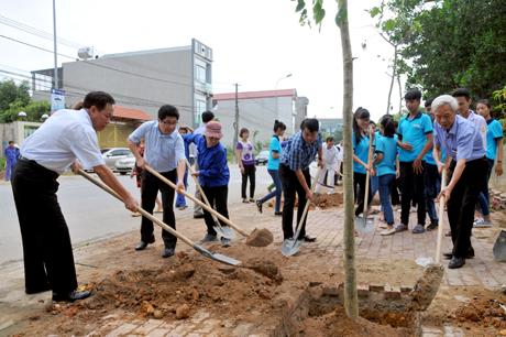 Phó Chủ tịch UBND tỉnh Nguyễn Văn Khánh cùng lãnh đạo các sở, ban, ngành tham gia trồng cây tại đường Ngô Minh Loan, phường Hợp Minh.