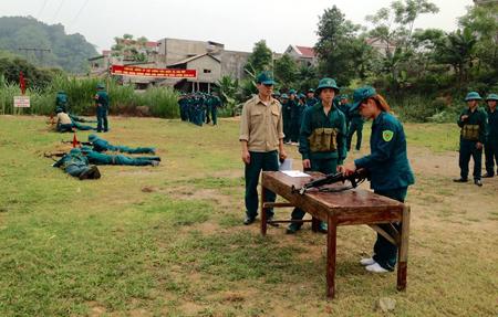 Thực hành kỹ thuật tháo lắp súng tiểu liên AK cho lực lượng dân quân xã Mậu Đông.
